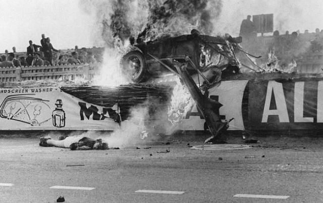 В результате этого некоторые части машины, поврежденные и ослабленные столкновением, отлетели от автомобиля на огромной скорости.