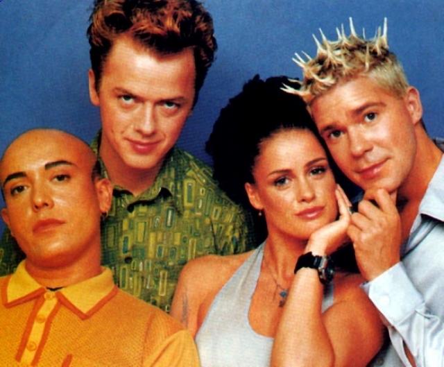 """Aqua. Музыкальная дэнс-поп-группа, состоящая из одной девушки-норвежки Lene и троих мужчин-датчан, которая получила всемирную известность в 90-е благодаря песням """"Barbie Girl"""", """"Roses are Red"""", """"Doctor Jones"""", """"Turn Back Time"""", """"Lollipop (Candyman)"""", """"My Oh My"""" и др."""