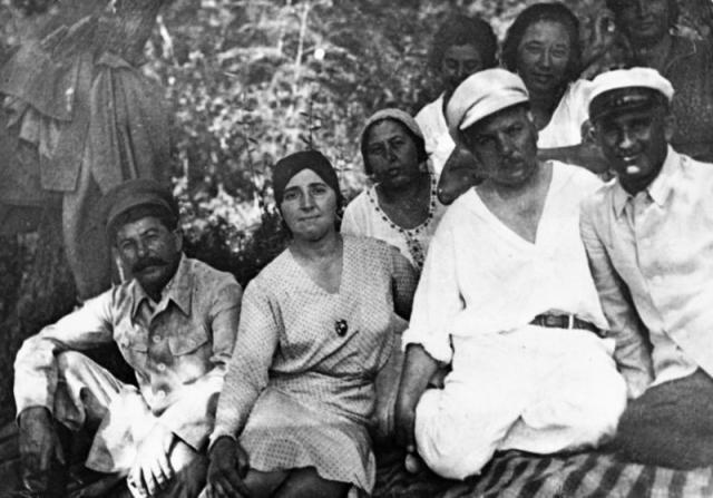 """Аллилуева родила Сталину двоих детей, активно участвовала в жизни партии: работала в секретариате Ленина и редакции журнала """"Революция и культура"""" при газете """"Правда""""."""