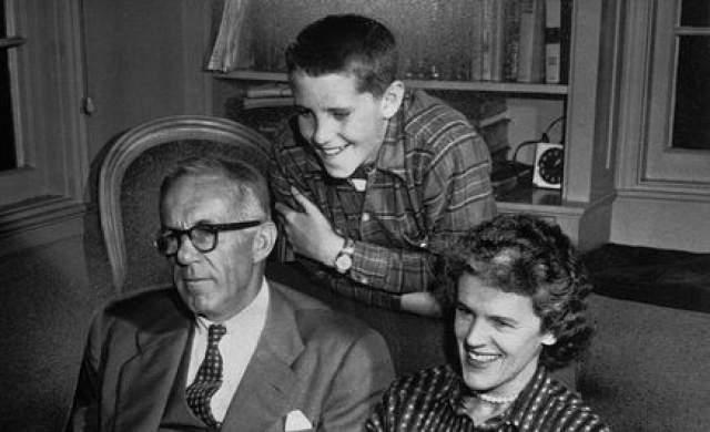 Позже, когда Майкла пришлось отдать на учебу в специальный интернат для отсталых детей, убитый этим фактом, знаменитый доктор тщательно скрывал от коллег, где учится его сын.
