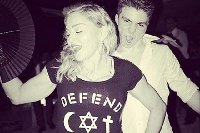 Отношения Мадонны с сыном уже давно не складывались. Мальчик сбегал от нее к папе в Лондон и не брал трубку, если она звонила. О своей знаменитой маме высказывался резко как в прессе, так и в соцсетях, и лично.