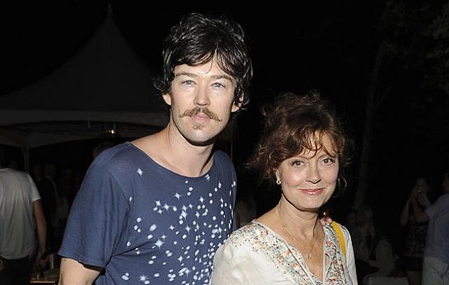 Сьюзан Сарандон и Джонатан Бриклин (разница - 31 год). Слухи о романе пары возникли в 2010 году, когда актрису и ее возлюбленного сфотографировали на отдыхе в Перу.