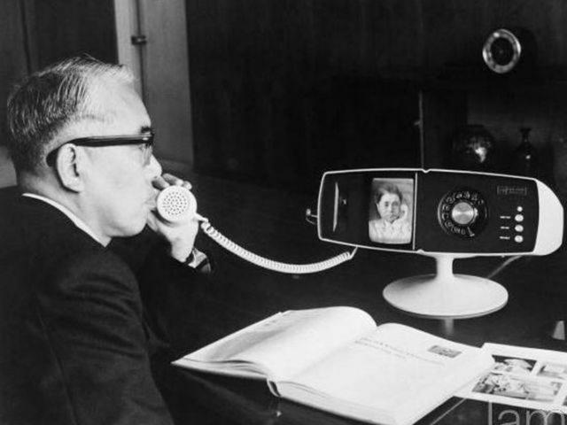 А это первый телефон с видеосвязью.