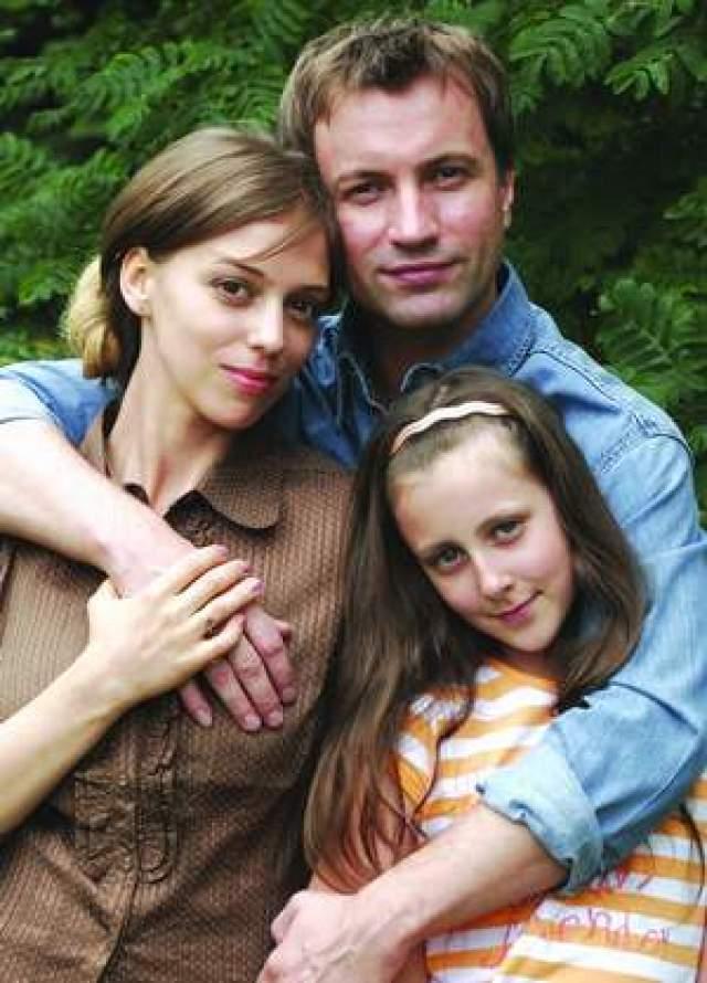 А замуж актриса вышла после роли в нашумевшем сериале и развода с режиссером Сергеем Пикаловым. Супруги познакомились на сцене театра, где они играли в одном спектакле.