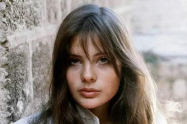 """Мари Трентиньян Французская актриса умерла 1 августа 2003 года. Причиной гибели актрисы стали тяжелые травмы головы, которые ей нанес ее бойфренд Бертран Канта - солист группы """"Noir Desir"""". В 2004 году Бертран был приговорен к восьми годам заключения, но был выпущен уже в 2007 году за хорошее поведение."""