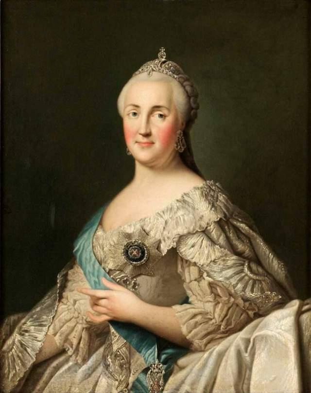 Екатерину Великую (Софью Августу) в 16 лет выдали замуж за императора Петра III. Жизнь в Петербурге стала для нее пыткой. Интригами она добивалась власти, чтобы стать в итоге великой правительницей, - но очень подвластной влиянию своих многочисленных фаворитов.