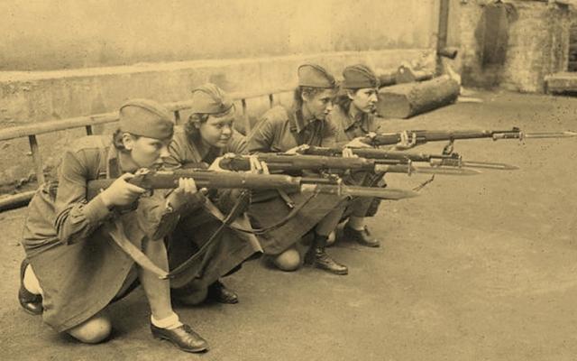 """""""У нашей матери не было сыновей… А когда Сталинград был осажден, добровольно пошли на фронт. Все вместе. Вся семья: мама и пять дочерей, а отец к этому времени уже воевал…"""""""