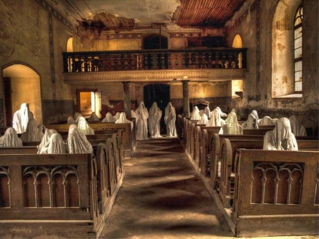 Художник Якуб Хадрава поселил в церкви зловещие скульптуры-призраки.