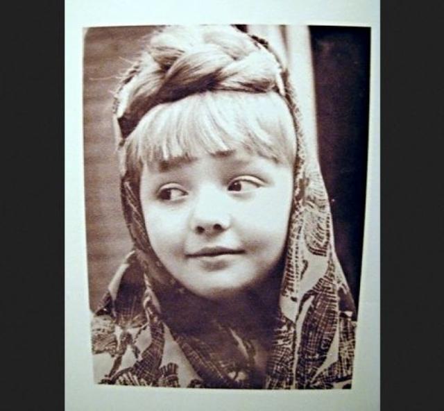 Со школьных лет у девочки возникали постоянные конфликты с мамой: ей не нравилась киношная тусовка и мамины ухажеры, она не признавала хорошие манеры, не обращала внимания на моду и не следила за собой.