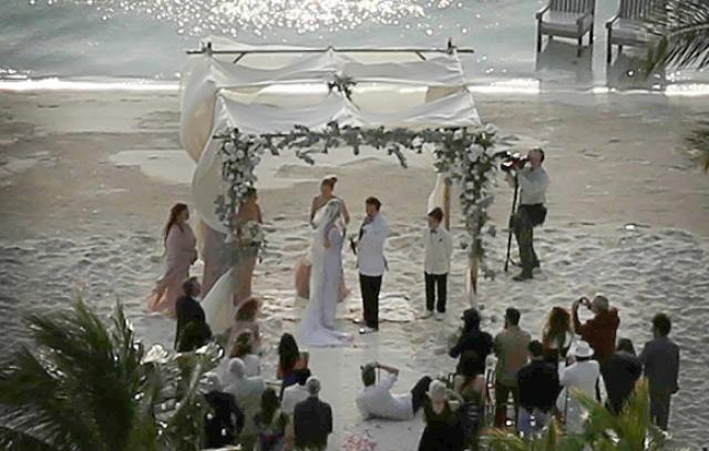Папарацци атаковали с воздуха, поэтому поклонники могли лицезреть церемонию на снимках плохого качества. Так или иначе, сейчас этот брак уже распался.