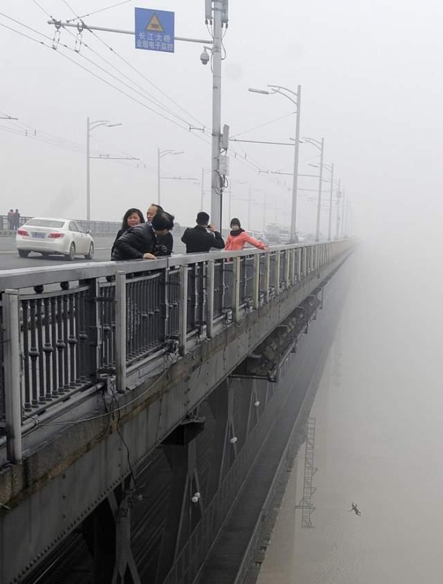 Самоубийство на мосту. Китайский репортер, который пытался запечатлеть туман на реке Ухань Янцзы, лишь после детального изучения фото обнаружил, что на снимке запечатлен мужчина в момент падения с моста, как выяснилось позже, через несколько секунд за ним прыгнула его девушка.