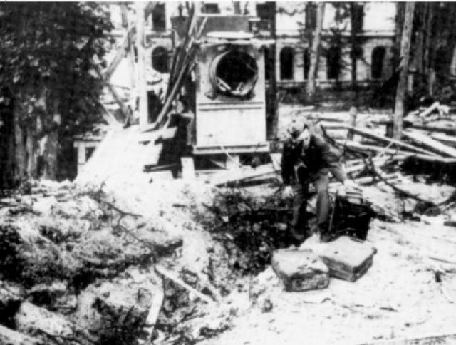 Внешний осмотр давал основания предполагать, что обгоревшие трупы мужчины и женщины - это останки Адольфа Гитлера и Евы Браун. Но, как известно, у фюрера и его любовницы имелось несколько двойников, потому советские военные власти хотели провести тщательное расследование.
