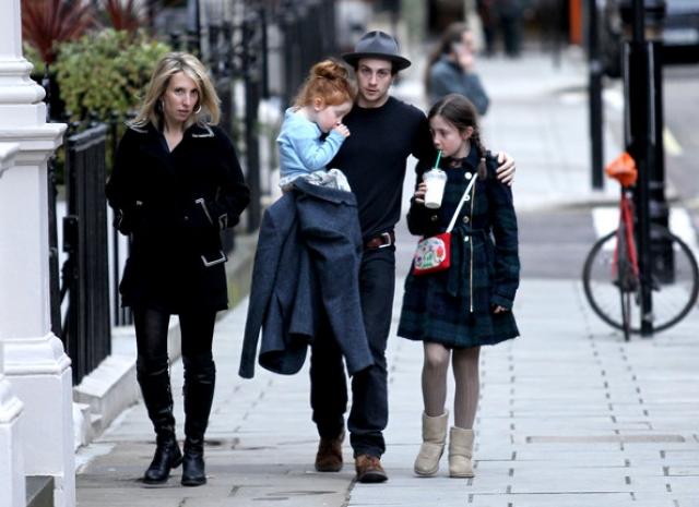 Кроме того Джонсон пытается заменить отца и двум дочерям Тэйлор-Вуд от первого брака. В 27 лет парень является многодетным отцом четверых детей.