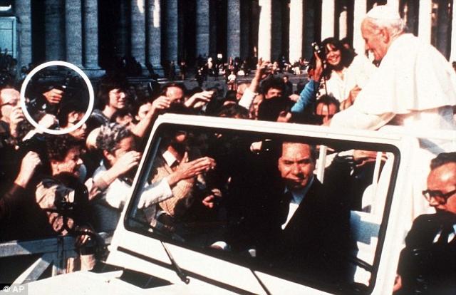 Папа как раз вернул родителям маленькую девочку, и автомобиль направился к Бронзовым дверям Апостольского дворца, когда ровно в 17:13 раздался странный звук.