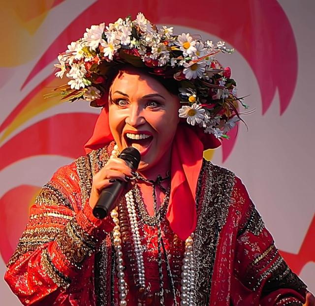 Надежда Бабкина. В 1967 году Надежда Бабкина поступила в Астраханское музыкальное училище. Спустя два года начала работать солисткой-вокалисткой при Областном управлении кинофикации и кинопроката в Астрахани.