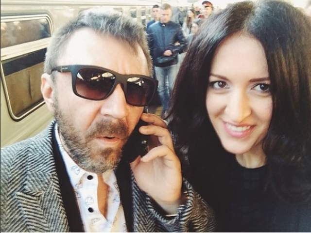 Девушка долго не верила в чувства Сергея, но он не переставал доказывать, что она его судьба. Тогда она была обычной студенткой из Воронежа, а Шнур пил и почти не появлялся дома.