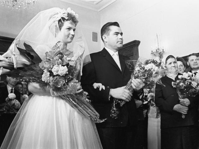 """В 1963 году Терешкова вышла замуж за космонавта Андрияна Николаева. Тогда многие говорили, что """"космический"""" брак """"срежиссировал"""" сам неугомонный Никита Хрущев, а другие полагали, что союз был медицинским экспериментом."""
