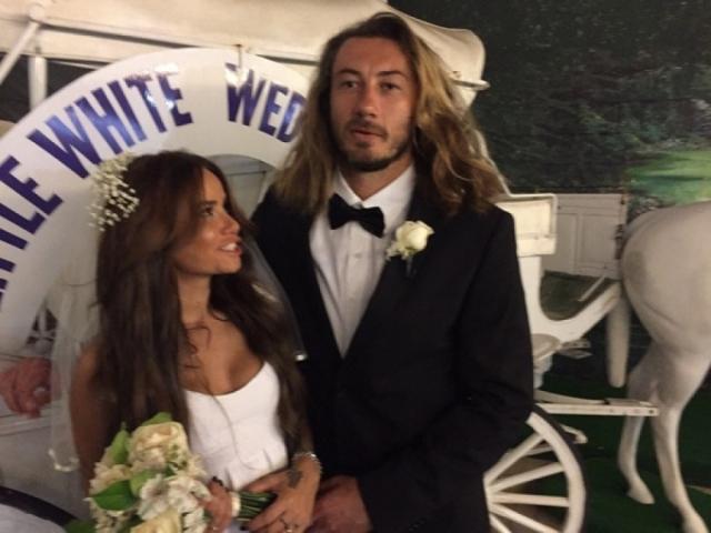 Айза вышла замуж за серфера Дмитрия Анохина и поселилась с ним на Бали. Звезда записывает песни и выпускает клипы.