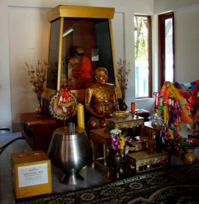 Тогда они соорудили стеклянный саркофаг и поместили монаха туда. Говорят, что у Санатакититткхуна до сих пор растут ногти и волосы.