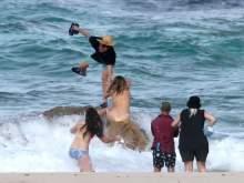 Падение со скалы полуголой модели Кейт Аптон попало на видео