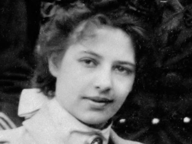 Ее завербовала немецкая разведка еще до войны, а во время нее начала сотрудничать с французами. Полученными деньгами она покрывала свои карточные долги.