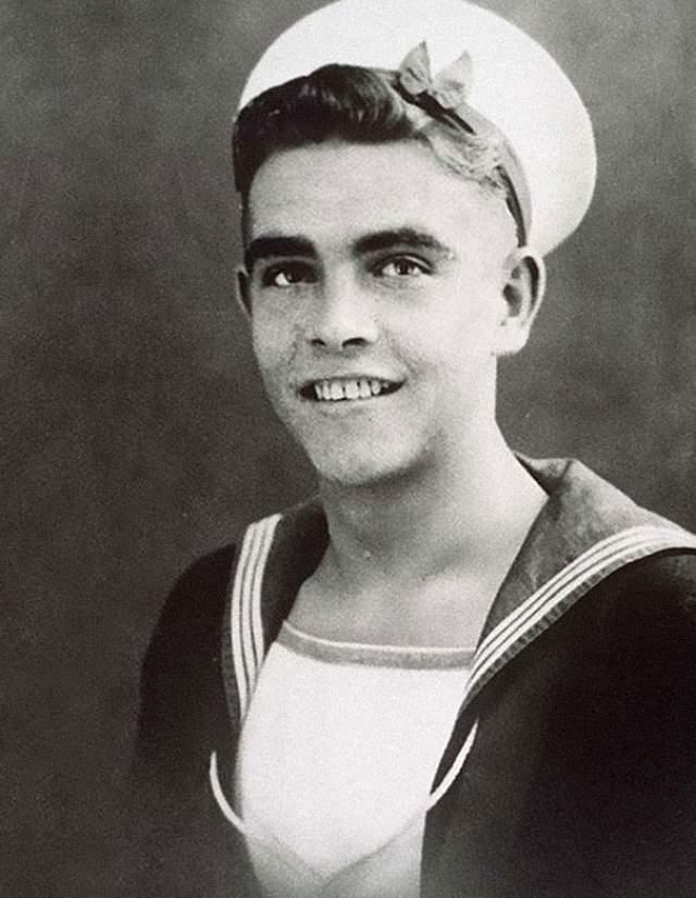 Юный Шон Коннери в костюме моряка.
