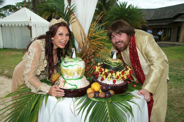 Молодые подъехали на гольф-каре, на капоте которого красовался ананас, в компании акробатов и жонглеров. Вместо торта был арбуз, из мякоти которого ловкий повар вырезал фигурки новобрачных.