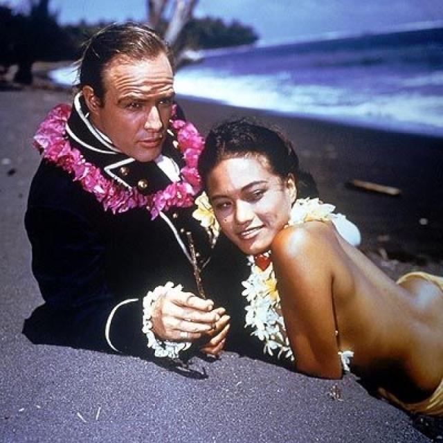 ...но со скандалом уступила его таитянке Тарите Териипай. Кстати, огромное количество детей актера от смешанных браков отличается модельной внешностью.