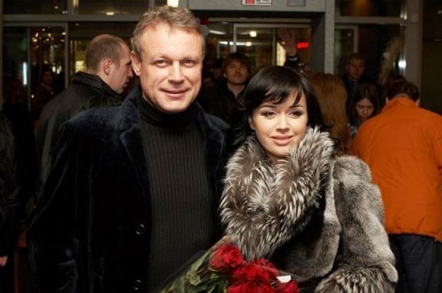 Сергей развелся со своей женой, актрисой Верой Новиковой, с которой прожил почти двадцать пять лет, Анастасия в свою очередь ушла от второго мужа, Дмитрия Стрюкова. Отношения у коллег были яркими и бурными и закончились очень быстро.