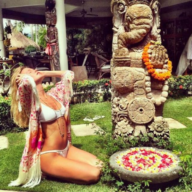 А на острове Бали певица показла особые процедуры по уходу за телом.