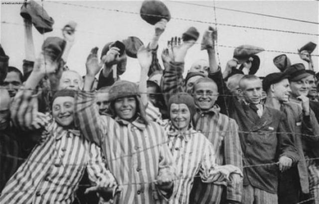 Истощенные узники от радости даже подбрасывали солдат в воздух. Всего американцы освободили более 21 000 узников.
