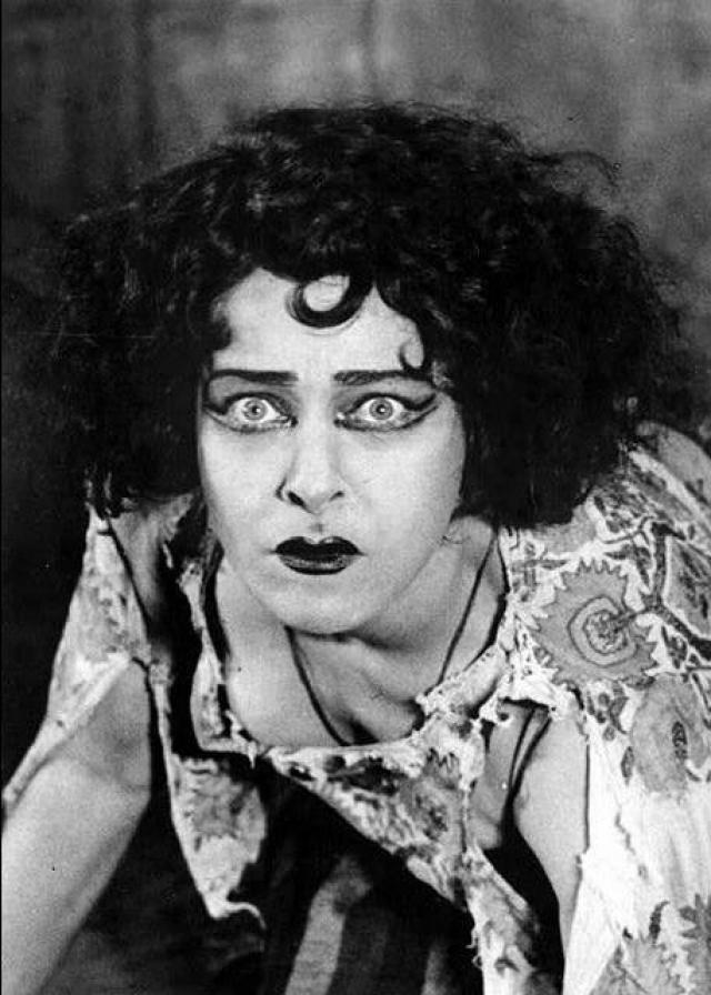 В 1905 году Назимова вместе со своей театральной труппой оказалась с гастролями на Бродвее, ей до того пришлась по душе жизнь в Америке, что после окончания гастролей она категорически отказалась уезжать.