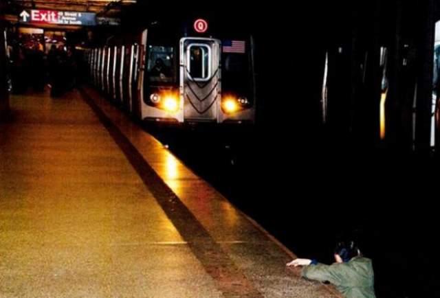 4 декабря 2012 года. На фото, которое вы видите, запечатлены последние минуты жизни Ки Сук Хана, 58-летнего отца и мужа. Его толкнул под поезд 30-летний Ним Дэвис. По словам очевидцев, Хан напился, расстроенный ссорой с женой, и о чем-то поспорил с Дэвисом.