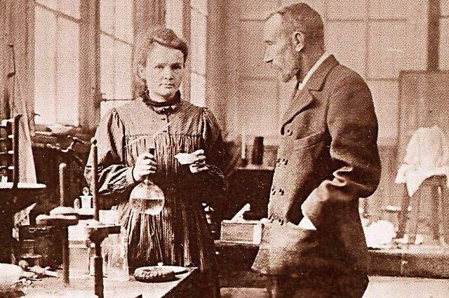 Она была удостоена Нобелевских премий в физике и химии, причем это первая женщина, которая получила эту премию, и единственная женщина, получившая ее дважды.