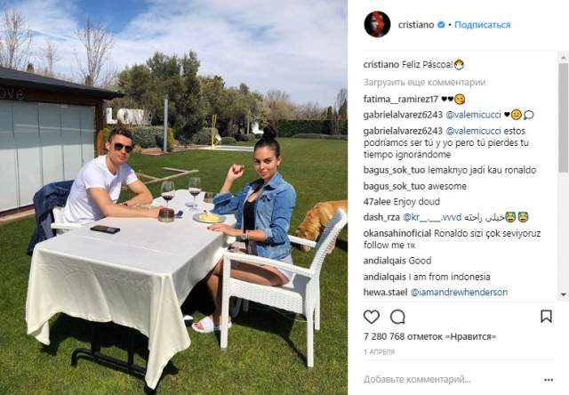 """Обладатель """"Золотого мяча"""", """"Золотой бутсы"""", награды """"Игрок года"""" и ряда уникальных рекордов в истории футбола, Роналду внимания хватает, а потому его аккаунт в Instagram в равной мере заполнен снимками как с футбольного поля, так и с близкими."""