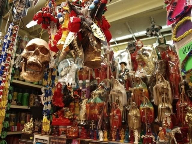 Колдовской рынок Сонора, Мехико. На крытом рынке целый отсек посвящен товарам для магических обрядов. Если вам нужны черепа, кровь змеи, сушеные колибри или вяленые игуаны, то вам сюда.