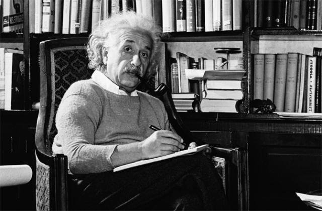 Хотя он много лет жил в США и был полностью двуязычными, Эйнштейн утверждал, что не умеет писать на английском языке.