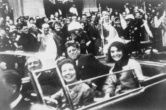 Джон Кеннеди со своей супругой Джеки за мгновения до того, как роковые выстрелы унесут его жизнь 22 ноября 1963 года.
