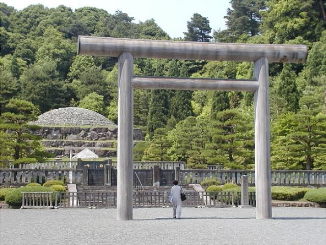 Еще $22 млн. ушло на возведение павильона в парке Сиднзюку-Геэн для проведения погребальных обрядов над телом Хирохито ,в которых участвовали 225 человек.