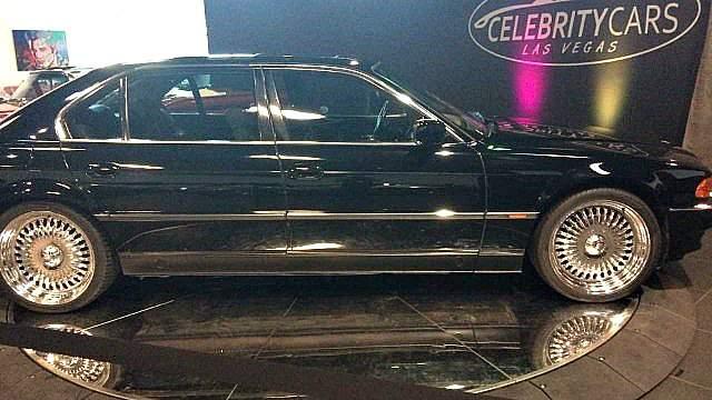 К слову, BMW, в котором погиб рэпер, вместе с дырками от пуль в 2017 году выставили на аукцион за $1,5 млн. Ее по сей день никто не купил, но и цену владельцы снижать не намерены. А вот купленную Тупаком за месяц до гибели машину марки Hummer купили. За $206 531.