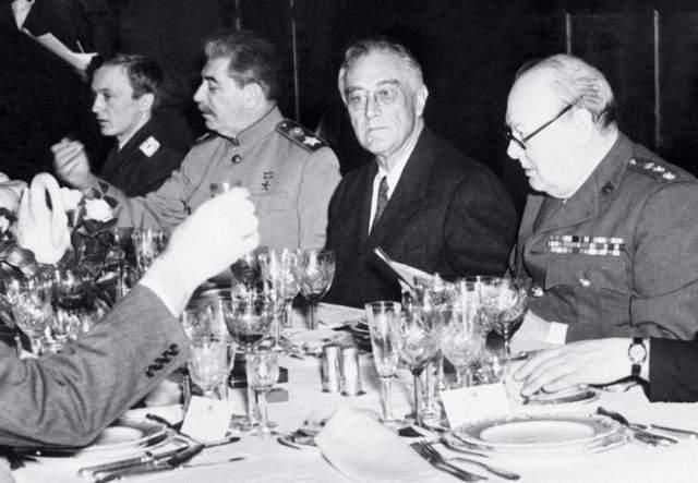 Сталин, Рузвельт и Черчилль за накрытым столом.