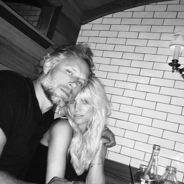 Эрик Джонсон и Джессика Симпсон отметили годовщину отношений за романтическим ужином.