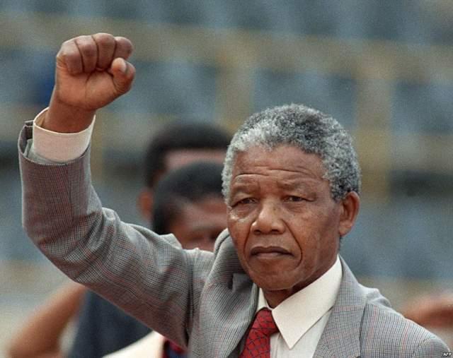 """После освобождения Манделы, когда тот прибыл в Мозамбик, его встречали, как героя всех времен и народов. И тогда """"влюбленные"""" познакомились уже лично."""