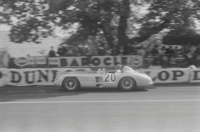 У Левега, ехавшего впереди Фанхио, не хватило времени, чтобы среагировать: приближаясь на огромной скорости (примерно 240 км/ч) к тормозящей машине, болид Левега задел левую заднюю часть автомобиля Маклина.