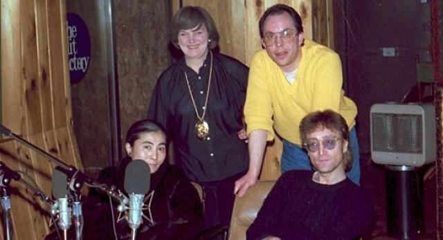 В день смерти Леннон дал свое последнее интервью журналистам, а в 22 часа 50 минут, когда Джон и Йоко входили под арку своего дома, возвращаясь из студии звукозаписи Hit Factory….