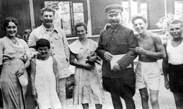 Конечно, Сталина не остановило: водопровод перенаправили, а пустошь поспешно засадили 70 тысячами деревьев. при этом саженцы были 20- и 30-летние!