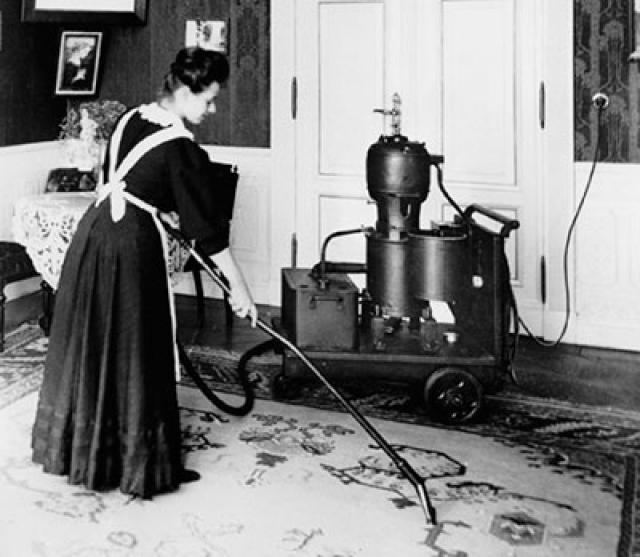 Пылесос. Согласно официальной версии первый патент на пылесос получил английский изобретатель Хьюберт Сесил Бут. Именно ему принадлежала идея сбора пыли специальной машиной, работающая модель которой впервые была представлена в 1901 году.