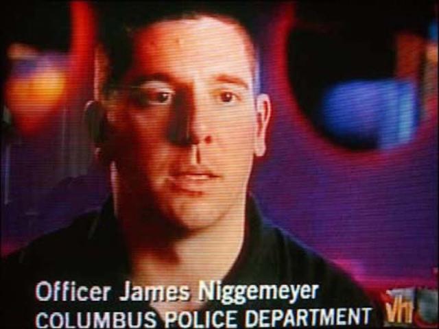 Пять полицейских поспешили к сцене через главный вход. Офицер Джеймс Д. Ниггемейер вошел через задний ход, находившийся за сценой. Стрелявший видел только офицеров впереди сцены, он не успел увидеть Ниггемейера. Когда заложник убрал голову, Ниггемейер застрелил Гейла в голову из табельного оружия.