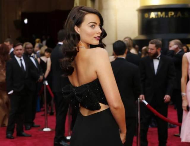 """Марго Робби шокировала общественность, когда в марте 2014 года вышла на красную дорожку """"Оскара"""" с темно-каштановыми волосами и темной помадой."""