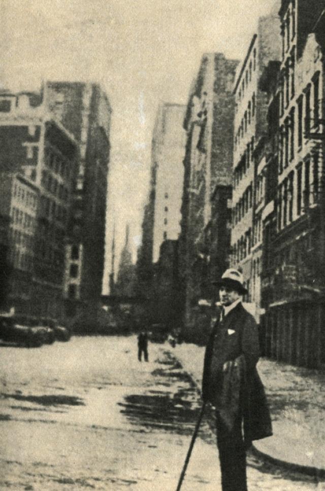 Что было редкостью для тех лет, Маяковский побывал множество раз за границей с гастролями, включая не только Европу (Франция, Германия), но и Америку, что было совершенной экзотикой. В 1925 году состоялось самое длительное его путешествие. Маяковский посетил Гавану, Мехико и три месяца выступал в различных городах США с чтением стихов и докладов. Из этих путешествий родилось также немало стихотворений.
